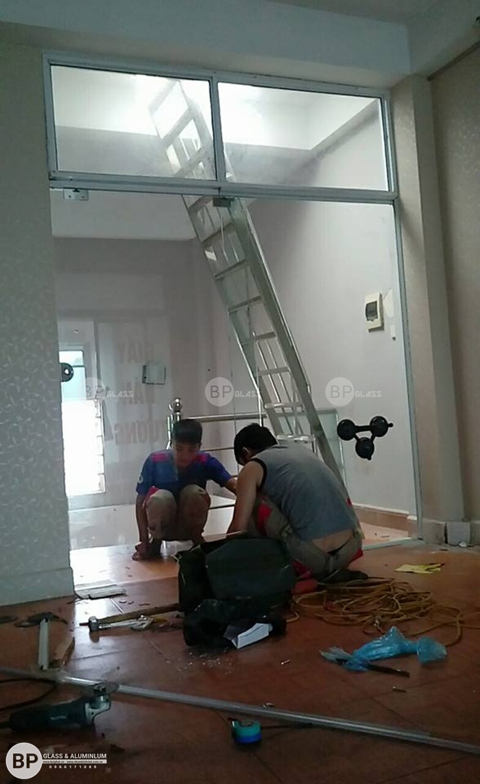 Lắp cửa kính ngăn phòng tầng 2 nhà chị Hê 219 Nguyễn Ngọc Vũ