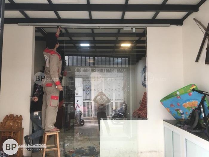 Cửa kính lùa ray nhôm lắp cho nhà a Tuấn Thạch Cầu Long Biên