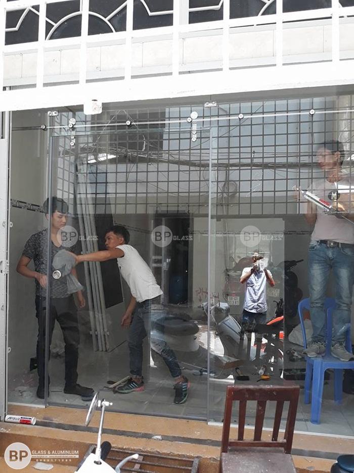 Lắp bộ cửa kính trượt ray treo tại phố Trần Hưng Đạo, HCM