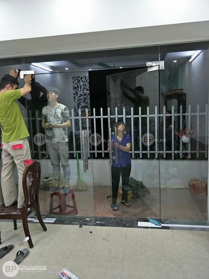 Lắp cửa kính thủy lực 12mm cho nhà chị Hoài Long Biên
