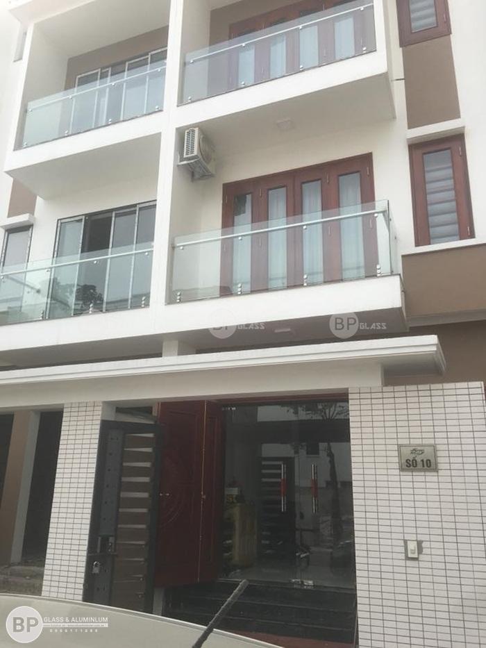 Lắp cửa thủy lực và lan can kính nhà anh Khánh 378 Minh Khai
