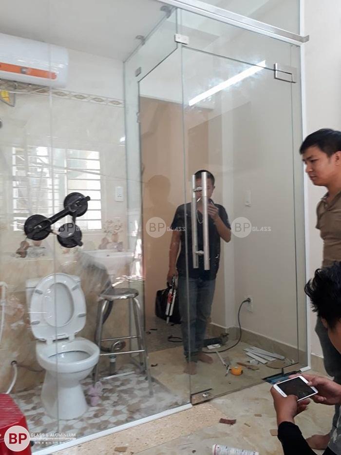 Lắp cửa thủy lực và vách tắm kính lùa tại Quận 5 Hồ Chí Minh