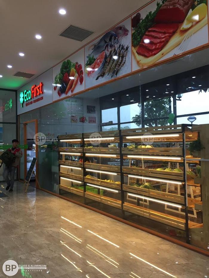 Lắp vách cửa kính cho cửa hàng thực phẩm sạch Ecofirst