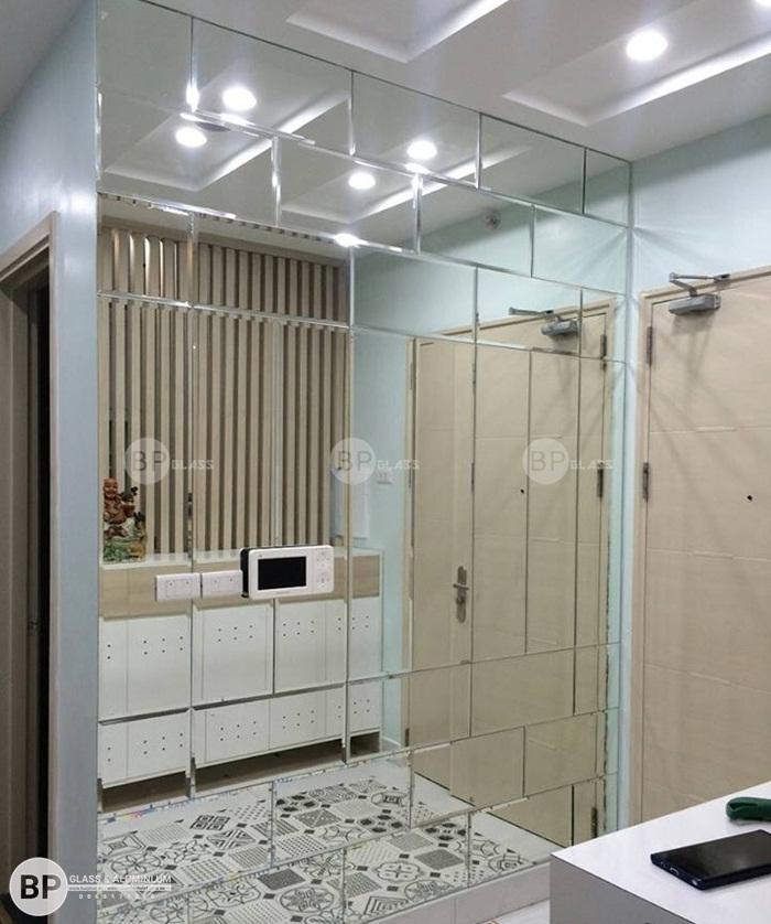 Gương ghép trang trí hình vuông phòng khách tại 11 Thái Hà