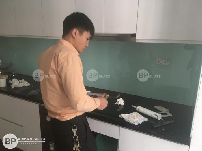 Mẫu kính màu ốp bếp cao cấp lắp cho nhà anh Hùng Lĩnh Nam