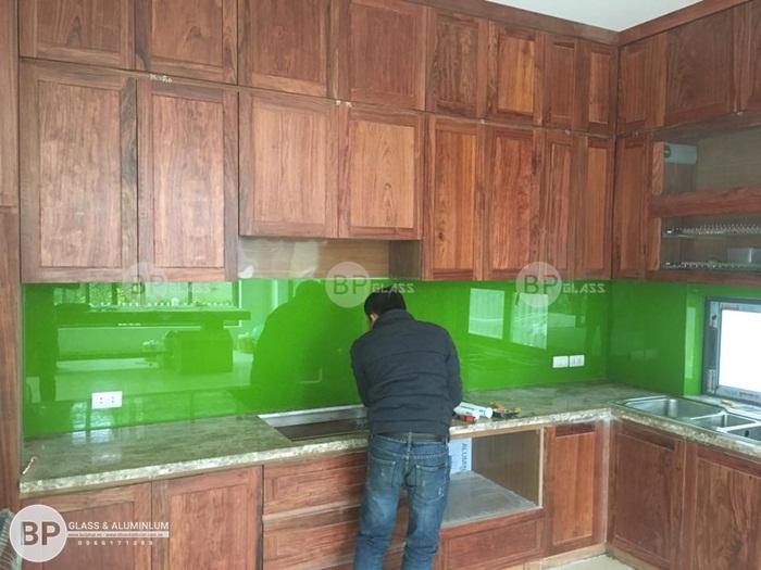 Lắp kính ốp bếp màu xanh lá tại căn biệt thự Thủy Nguyên