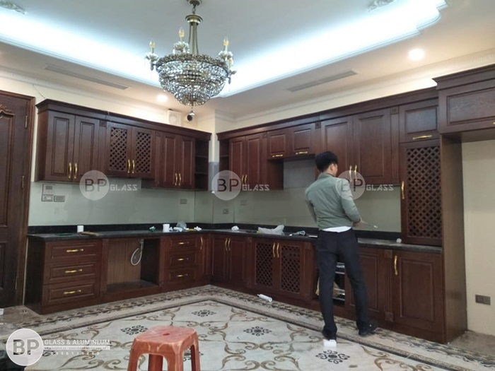 Lắp kính ốp bếp cho tủ bếp gỗ tự nhiên tại 13 Hàng Khoai