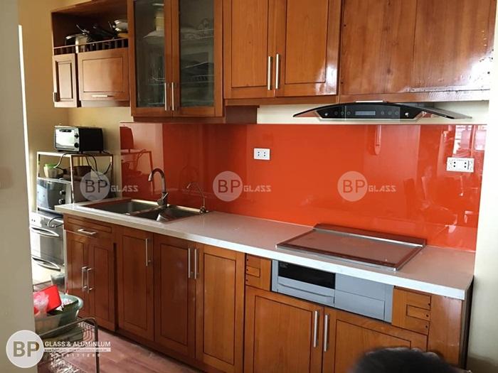 Kính bếp màu đỏ sang trọng nhà anh Phương 170 Đê la Thành