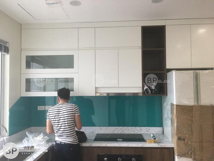 Lắp kính ốp bếp màu trắng sữa nhà anh Trung 381 Minh Khai