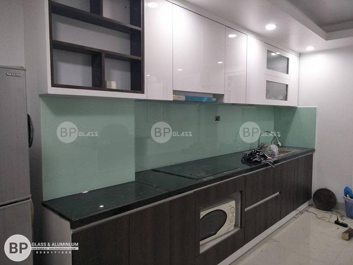 Kính ốp bếp màu trắng xanh lắp cho nhà chị Lan Nguyễn Khoái