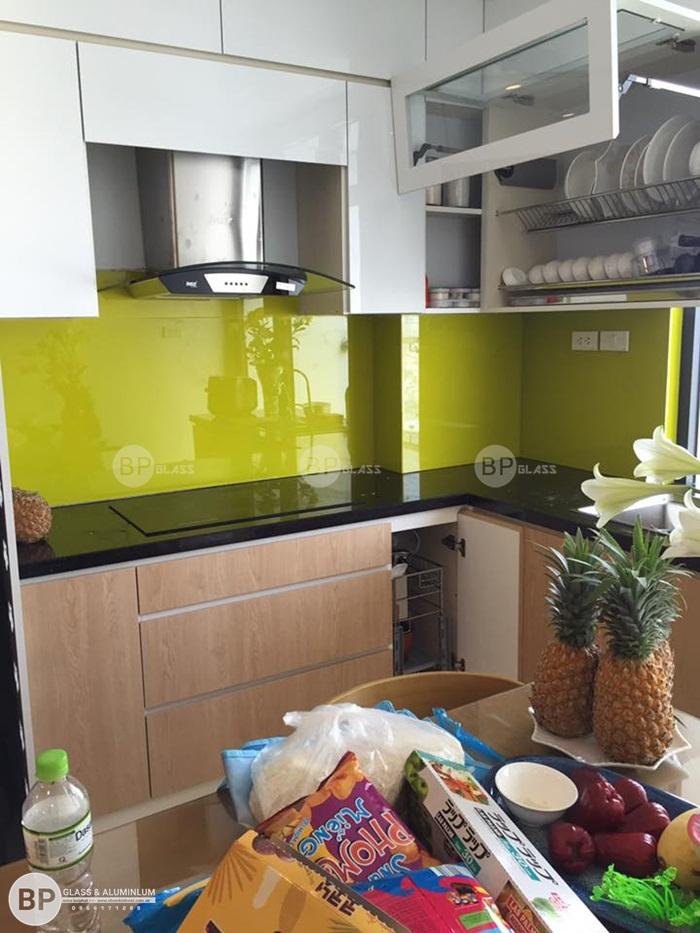 Kính bếp màu vàng lắp nhà chị Quỳnh căn 2508 Center Poin