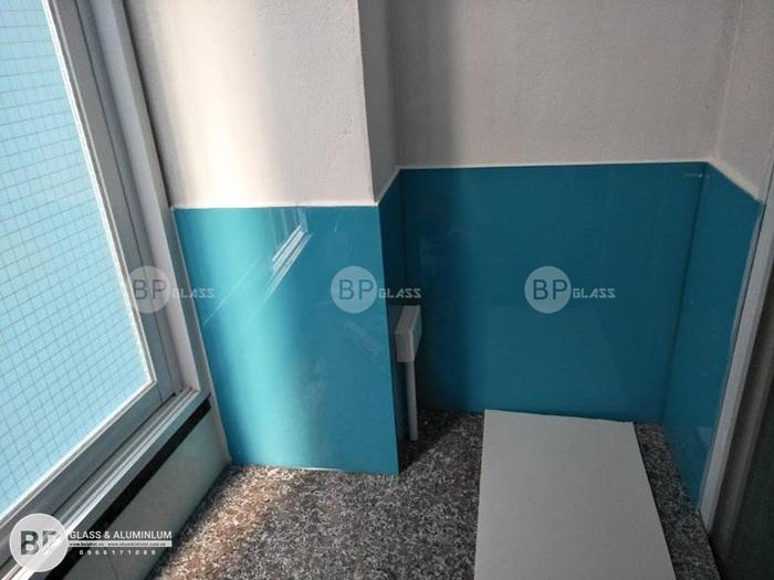 Lắp kính bếp màu xanh dương nhà cô Khuê Liên Trì