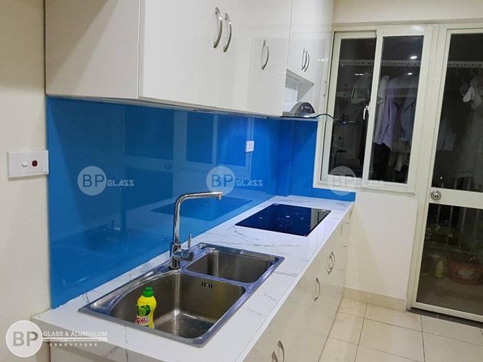 Lắp kính bếp màu xanh nước biển tại chung cư Ecohome
