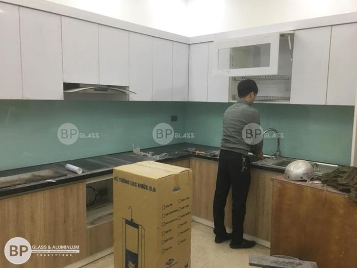 Lắp kính ốp bếp đẹp cho tủ bếp màu trắng tại kđt Đại Kim