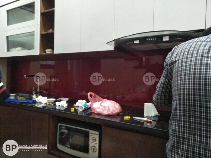Kính ốp bếp màu đỏ rubi kim sa tại Ngọc Lâm
