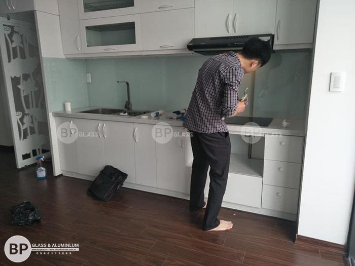 Lắp kính ốp bếp màu trắng sữa tại nhà chị Giang Lĩnh Nam