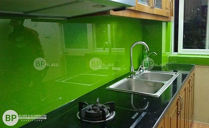 Lắp kính màu ốp bếp tại Ngô Quyền