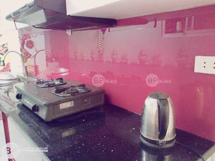 Lắp kính ốp bếp đẹp màu đỏ tại nhà anh Nghĩa Thái Thịnh