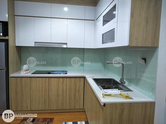 Lắp kính màu ốp bếp màu trắng xanh cho Nội Thât Đương Đại