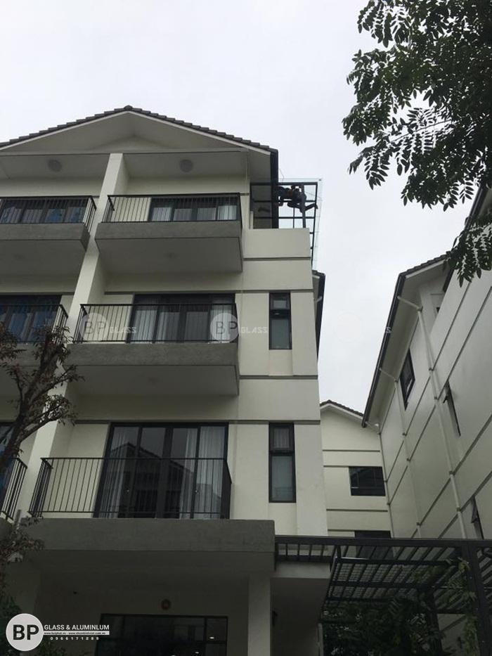 Lắp mái kính cường lực cho nhà Biệt Thự tại kđt Việt Hưng