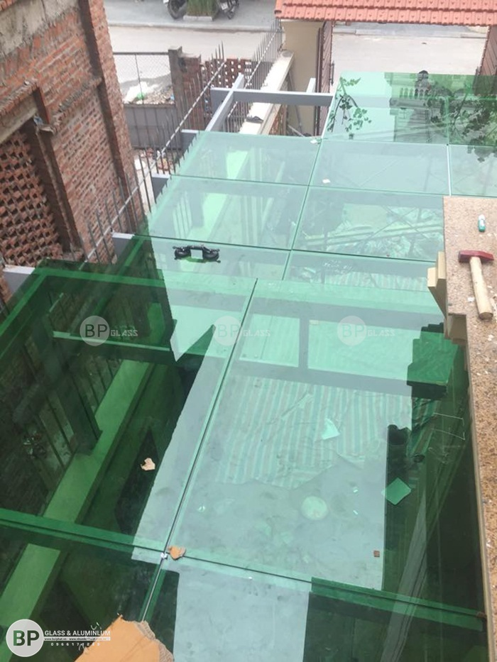 Lắp đặt mái kính cường lực phôi xanh tại kđt Việt Hưng