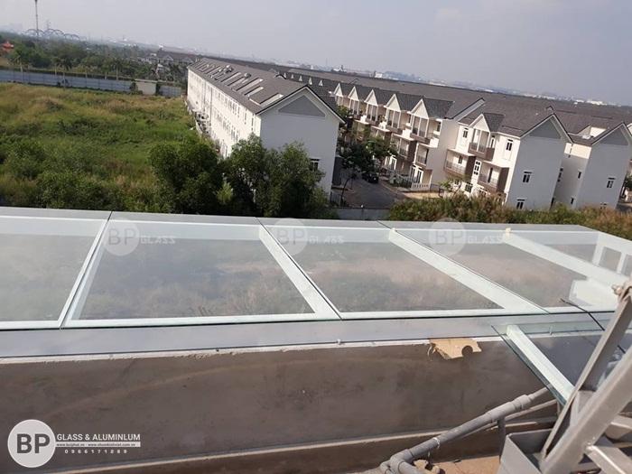 Lắp mái kính lấy sáng nhà anh Nguyên Quận 2, HCM