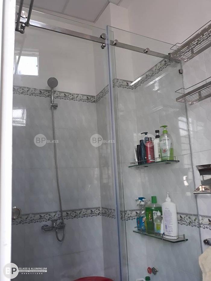 Lắp đặt vách tắm kính trượt 10x30 cho chị Giang Bình Thạnh
