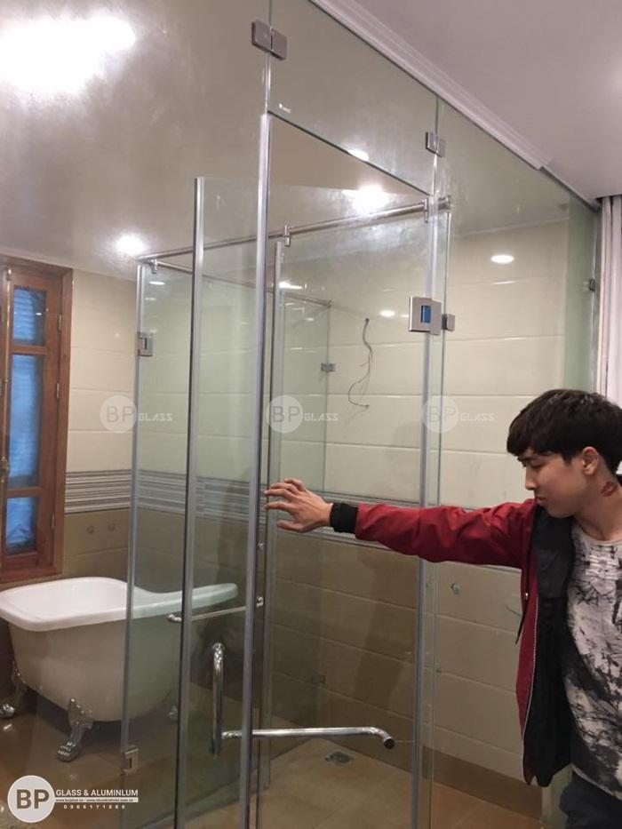 Hình ảnh hoàn thiện vách tắm kính nhà anh Hòa Việt Hưng