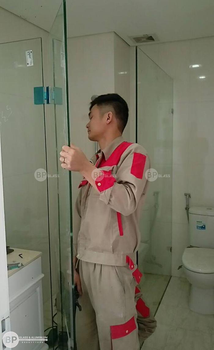 Lắp cửa kính nhà vệ sinh tại chung cư Golden Place