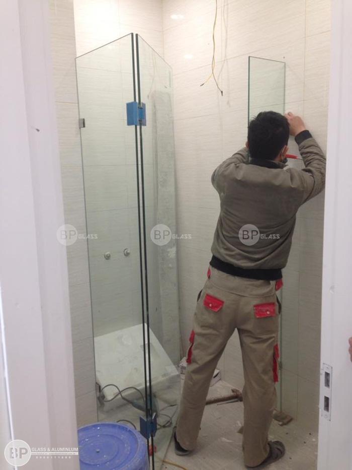 Thi công vách ngăn phòng tắm kính nhà chị Khuê Hàm Nghi