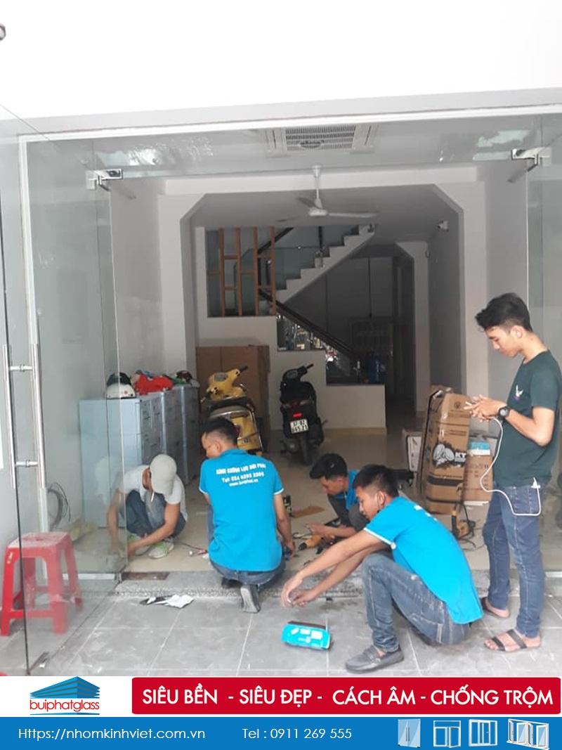 Lắp cửa kính thủy lực 5 tấm tại quận Tân Phú, TPHCM