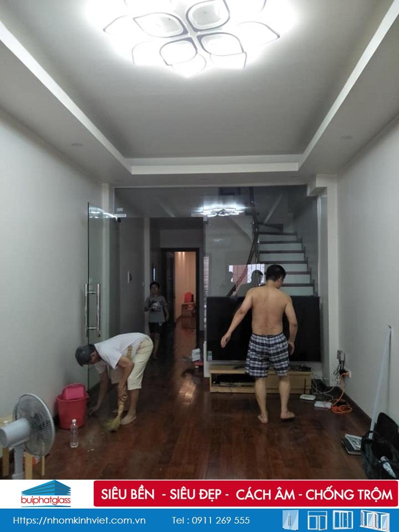 Lắp cửa kính thủy lực ngăn cầu thang tại Nguyễn Ngọc Nại