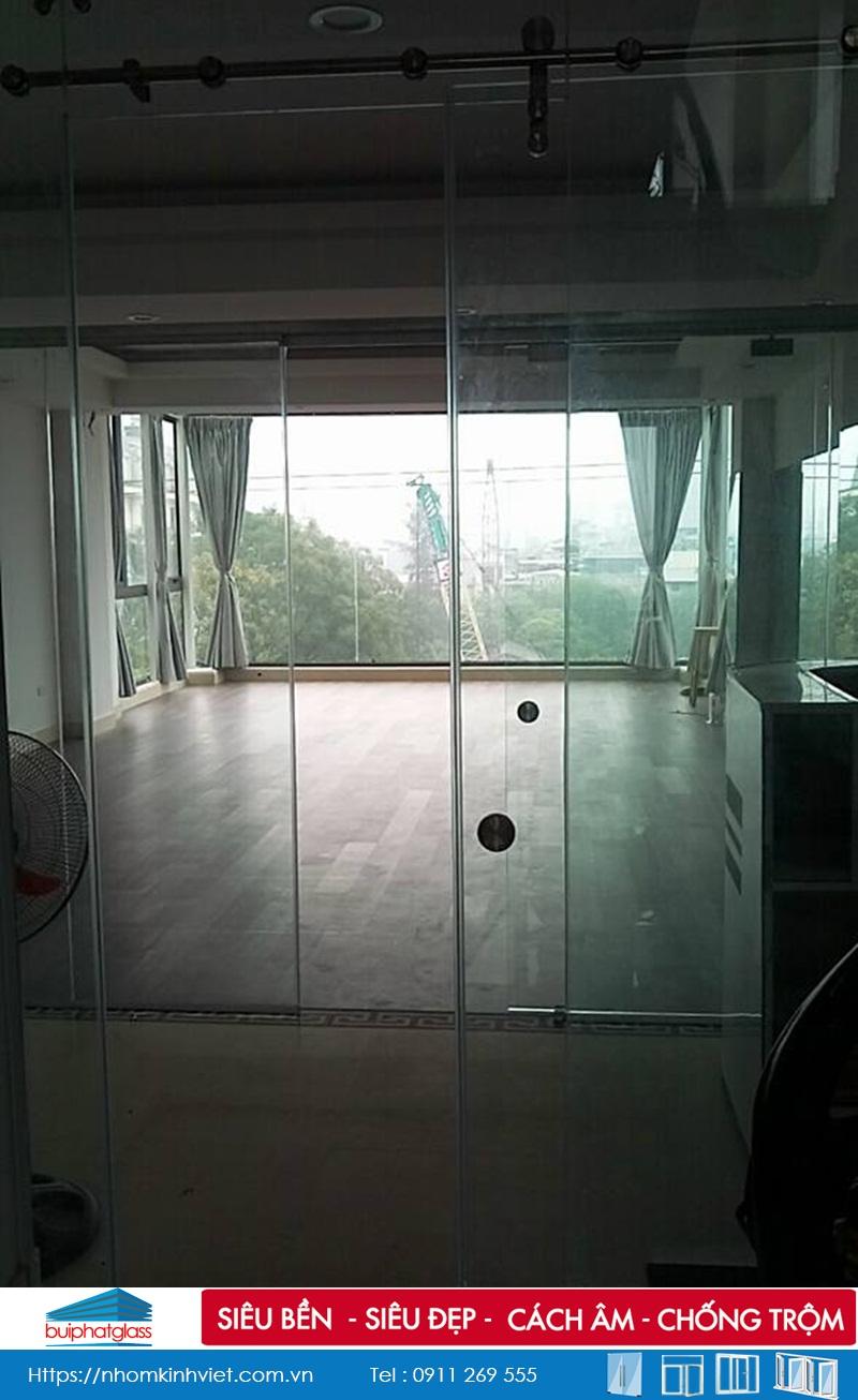 Thi công cửa kính trượt lùa phi 25 tại số 64 Hào Nam
