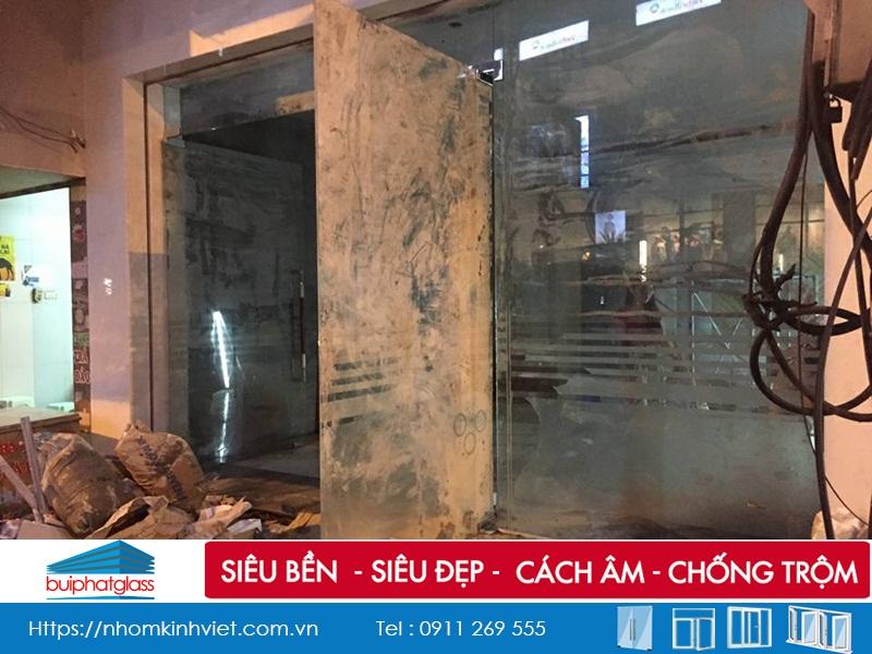 Lắp bộ cửa kính an toàn mặt tiền nhà chị Uyên 137 Mai Hắc Đế