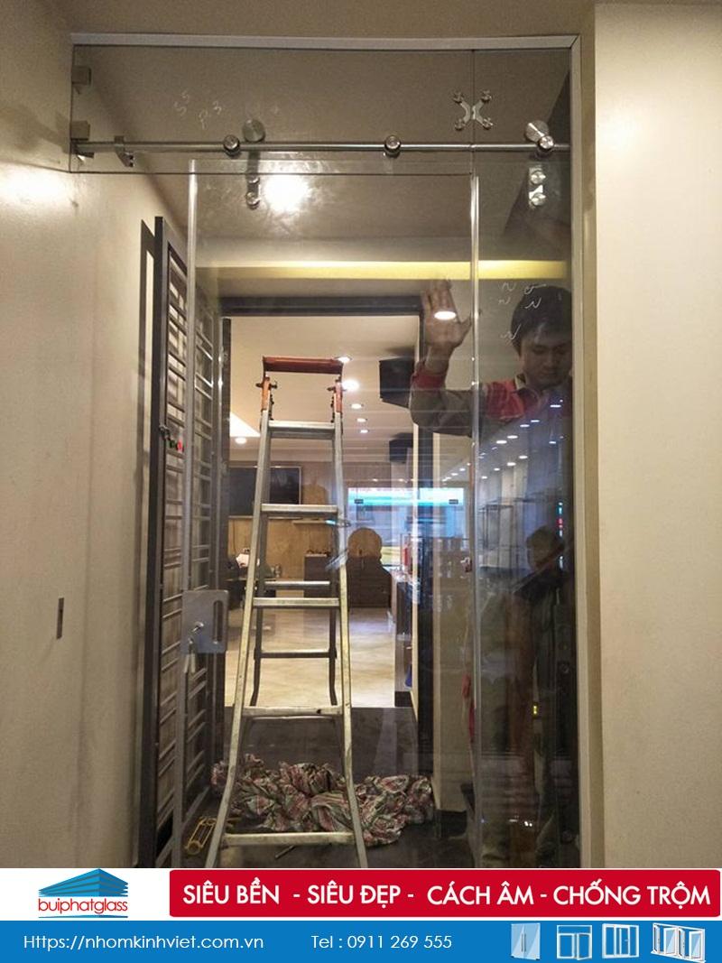 Thi công cửa kính trượt thông phòng 1 cánh tại Long Biên