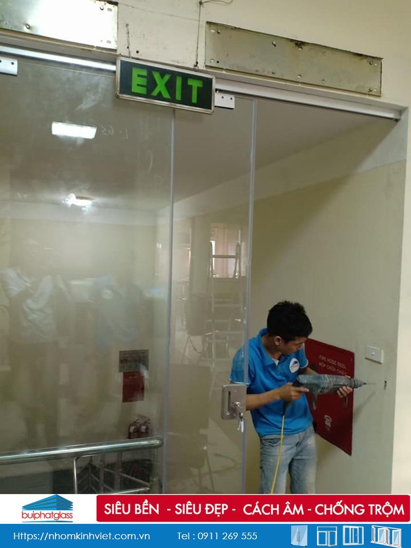 Cửa kính trượt AMG ray nhôm cách âm tầng 2 tại 47 Quán Thánh