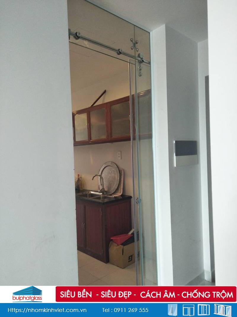 Lắp cửa kính cường lực ngăn phòng bếp tại Gamuda Garden
