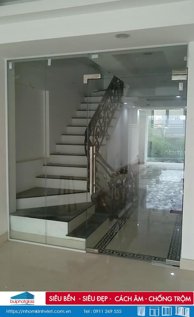 Lắp cửa kính hốc lên cầu thang tại 64 Hào Nam, Hà Nội