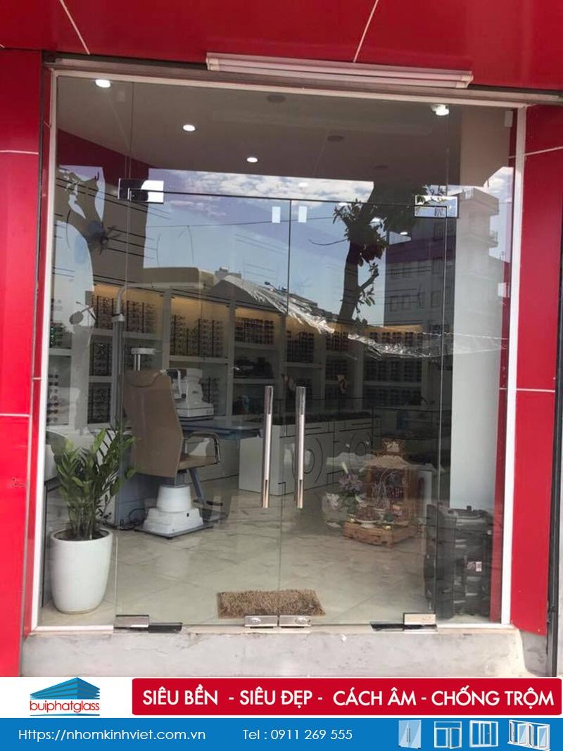 Cửa kính cường lực cho cửa hàng kính mắt tại Lê Trọng Tấn