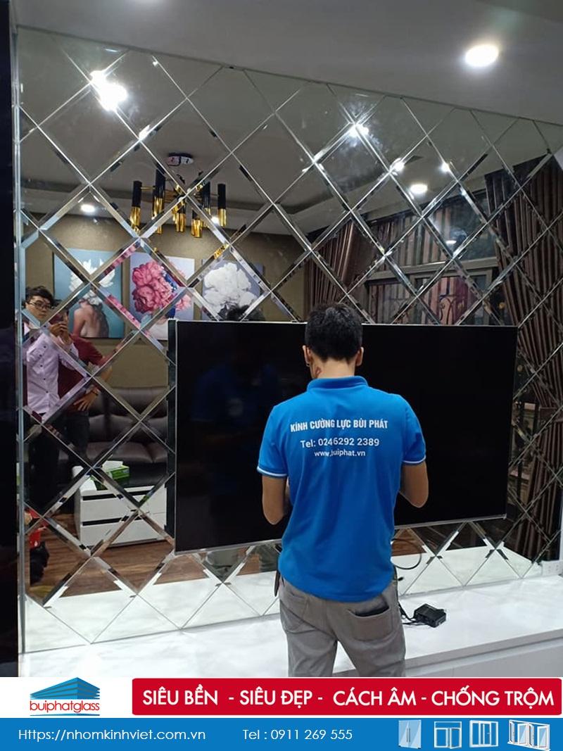 Lắp gương trang trí phòng khách tivi tại ngõ 162 Đội Cấn HN