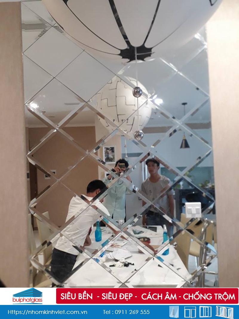 Lắp gương dán tường phòng khách chung cư Vinhome Bình Thạnh
