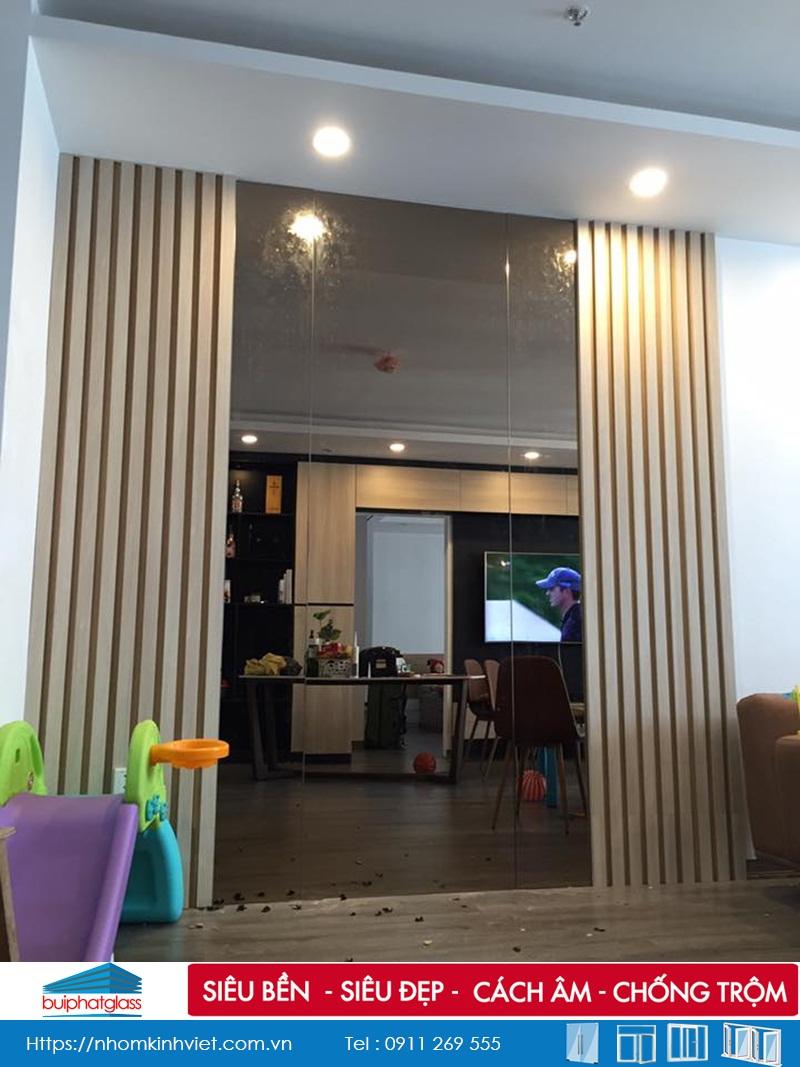 Lắp gương kính màu trà phòng khách cho anh Thịnh Timecity
