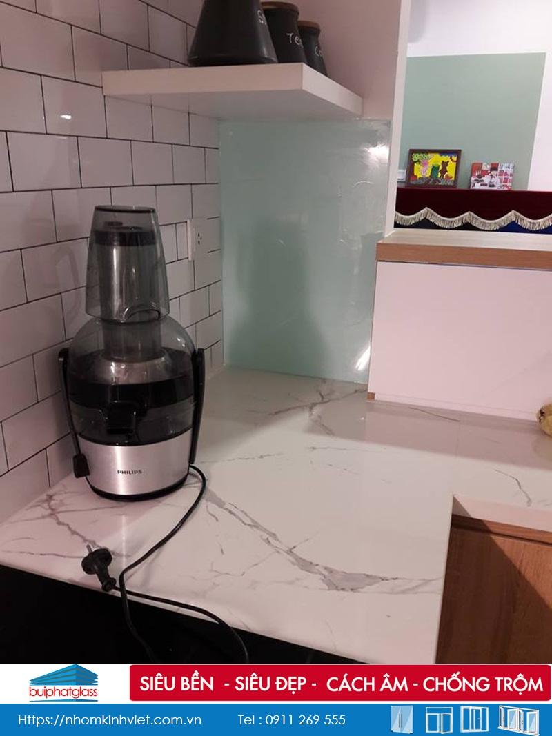 Lắp kính bếp màu trắng sữa tại số 302 Cầu Giấy HN