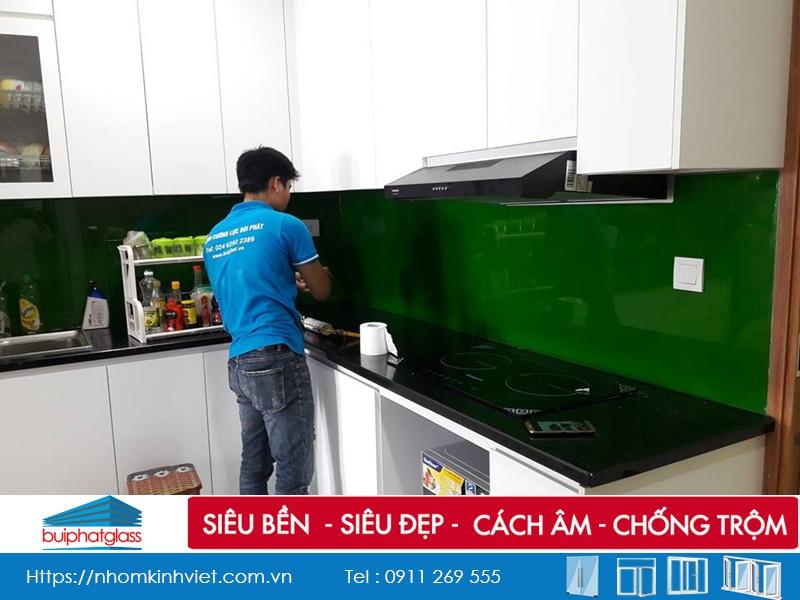 Lắp kính sơn ốp bếp màu xanh lá mạ tại số 99 Trần Bình