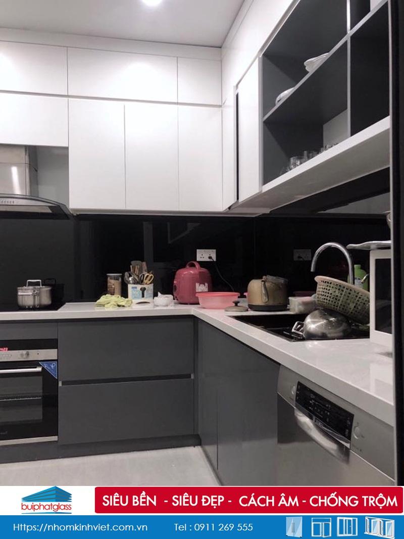 Lắp đặt kính ốp tường bếp màu đen tại Làng Việt Kiều Châu Âu