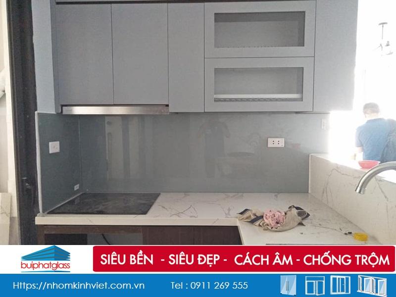 Thi công kính bếp màu ánh bạc Kđt Việt Hưng Long Biên