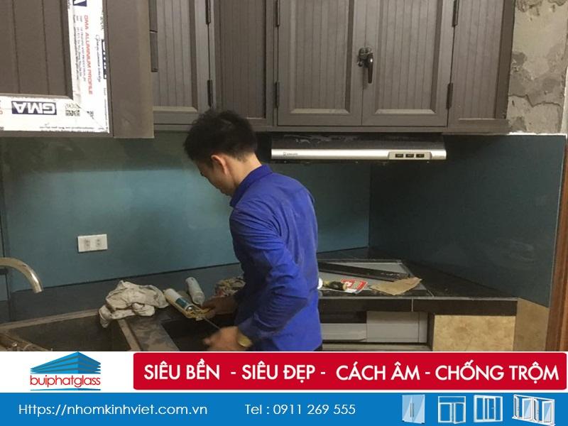 Kính màu ốp bếp màu xanh Lơ nhà Anh Cao Hoàng Quốc Việt