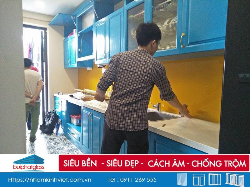Lắp Mẫu kính bếp màu vàng nổi bật tại nhà cô Thủy Tam Trinh
