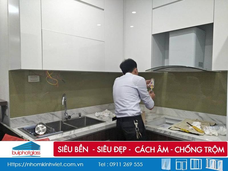 Thi công kính bếp màu ghi sữa anh Phương 18 Yên Ninh