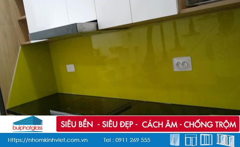 Lắp kính ốp tường bếp màu vàng tại 142 Kim Giang